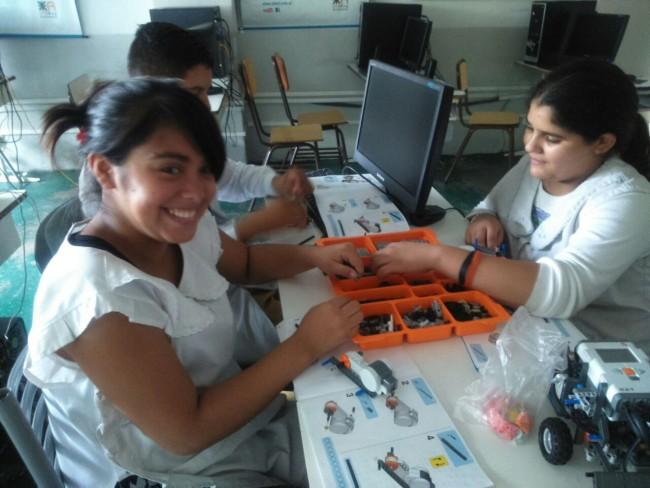 Los alumnos se encuentran trabajando sobre el armado de un robot