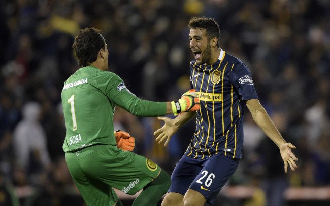 "Argentina's Rosario Central goalkeeper Sebastian Sosa (L) and defender Esteban Burgos celebrate the goal scored by teammate forward Marco Ruben (out of frame) during their Copa Libertadores 2016 round before the quarterfinals second leg football match at the ""Gigante de Arroyito"" stadium in Rosario, Santa Fe, Argentina, on May 5, 2016. / AFP / JUAN MABROMATA        (Photo credit should read JUAN MABROMATA/AFP/Getty Images)"
