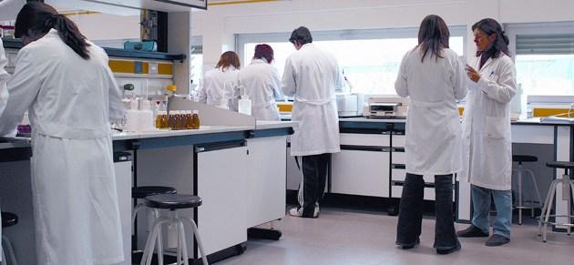 investigadores-en-laboratorio-ahoraeducacion