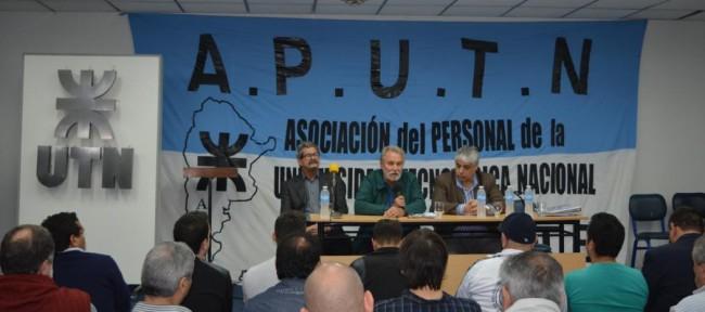 El Ing. Jorge Omar Del Gener, acompañado del Ing. Enrique Filgueira y de Norberto Gutiérrez, en la apertura del Plenario