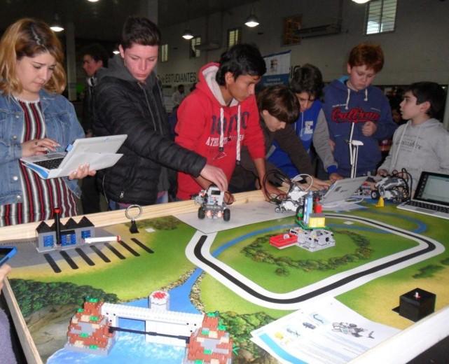 los-alumnos-compitieron-con-los-robots-durante-las-jornadas