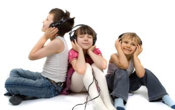 ninos-escuchando-musica